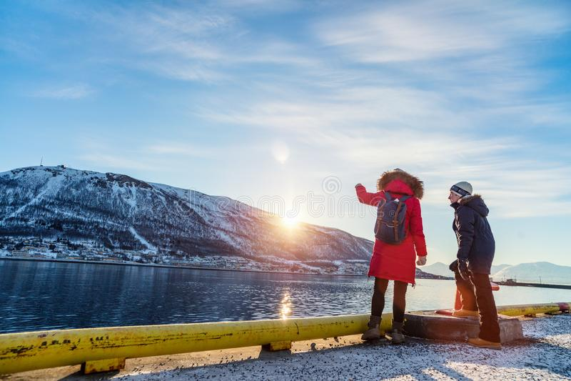 Moder och son utomhus på vinter arkivbilder