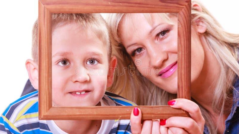 Moder- och sonlek med den tomma ramen royaltyfria bilder