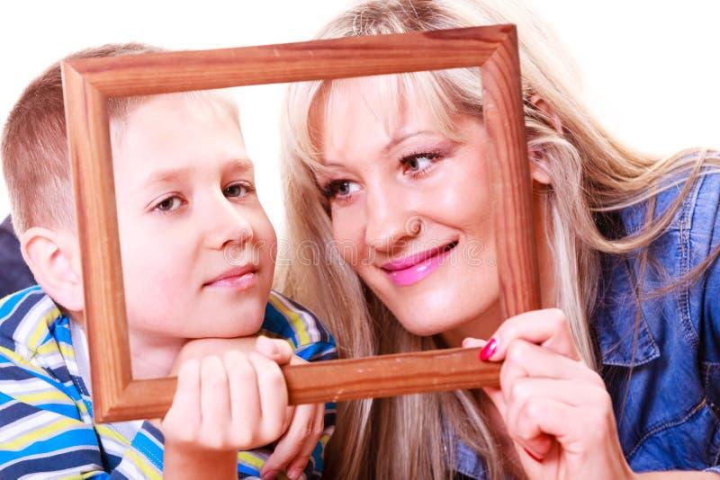 Moder- och sonlek med den tomma ramen arkivfoton