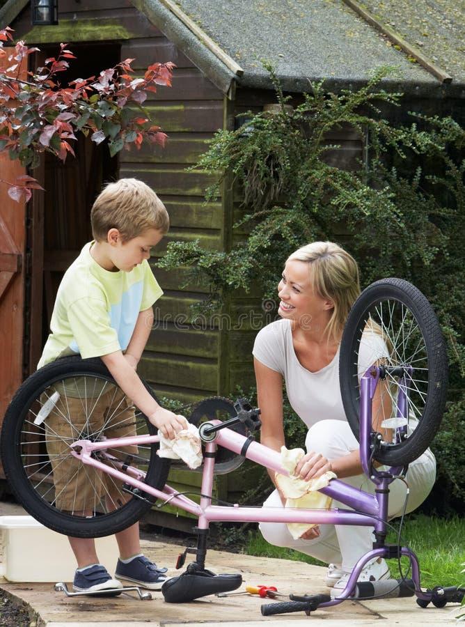 Moder- och sonlokalvård cyklar tillsammans arkivbild