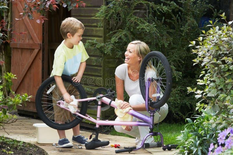 Moder- och sonlokalvård cyklar tillsammans arkivfoton
