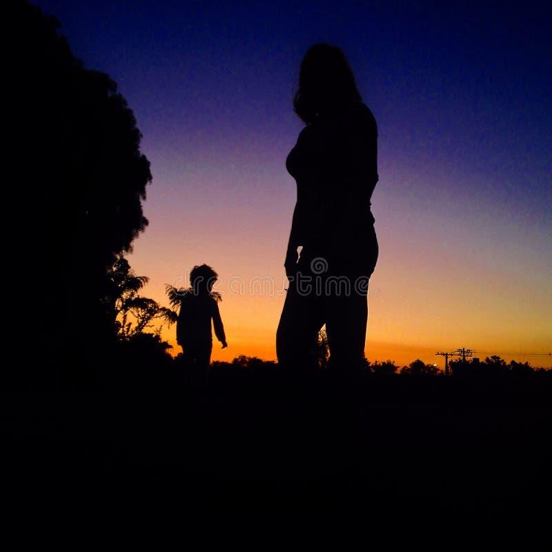 Moder- och Sonsilhouette royaltyfri foto