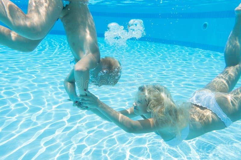 Moder- och sonsimning under vatten royaltyfri fotografi