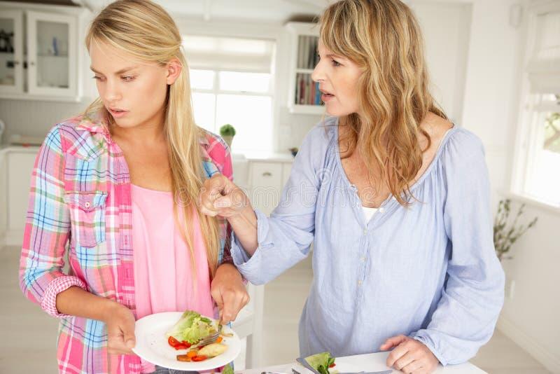 Moder och tonårs- argumentera för dotter arkivfoton