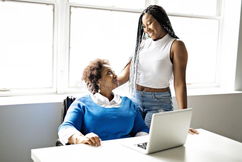 Moder och tonårs- dotter med bärbara datorn tillsammans royaltyfria foton