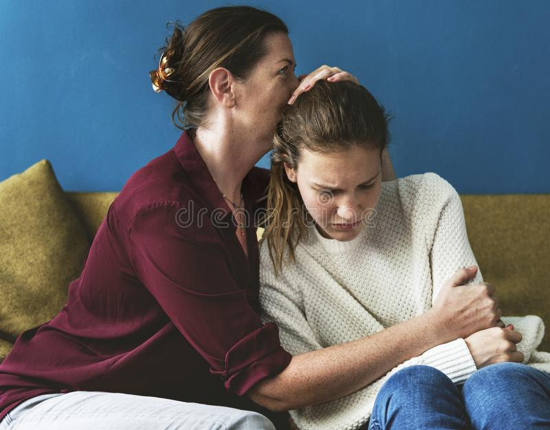 Moder och tonårs- dotter som har ett argument arkivbilder