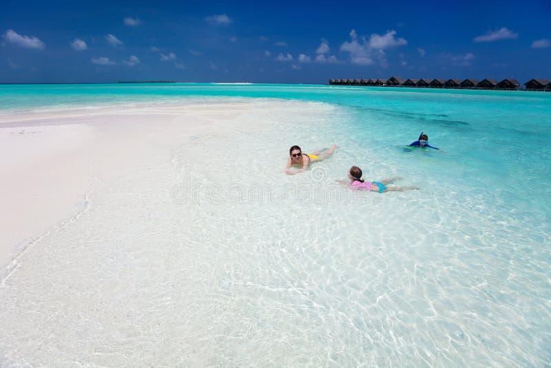 Moder och ungar på den tropiska stranden fotografering för bildbyråer