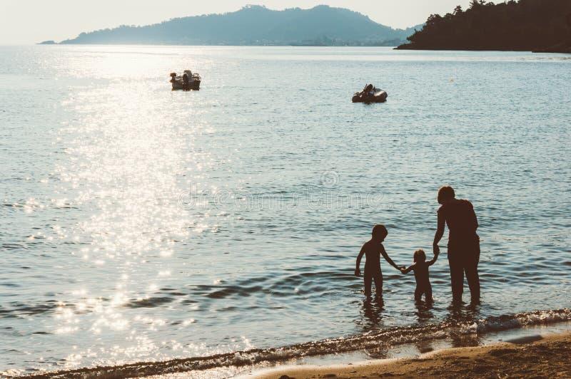 Moder och ungar på semester royaltyfri foto