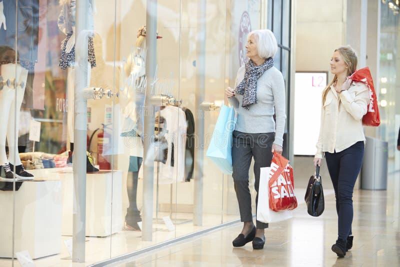 Moder- och vuxen människadotter i shoppinggalleria tillsammans royaltyfri fotografi