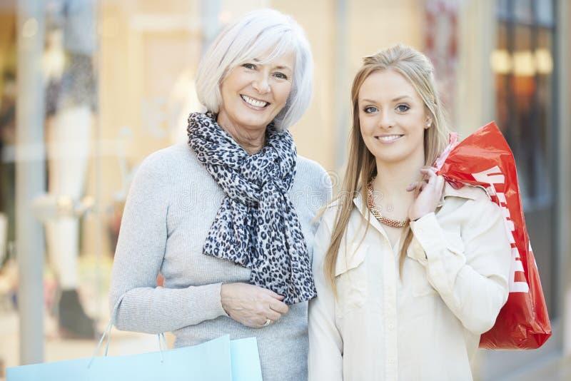 Moder- och vuxen människadotter i shoppinggalleria tillsammans arkivbild