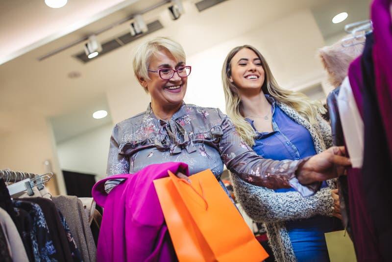 Moder- och vuxen människadotter i shoppinggalleria tillsammans fotografering för bildbyråer