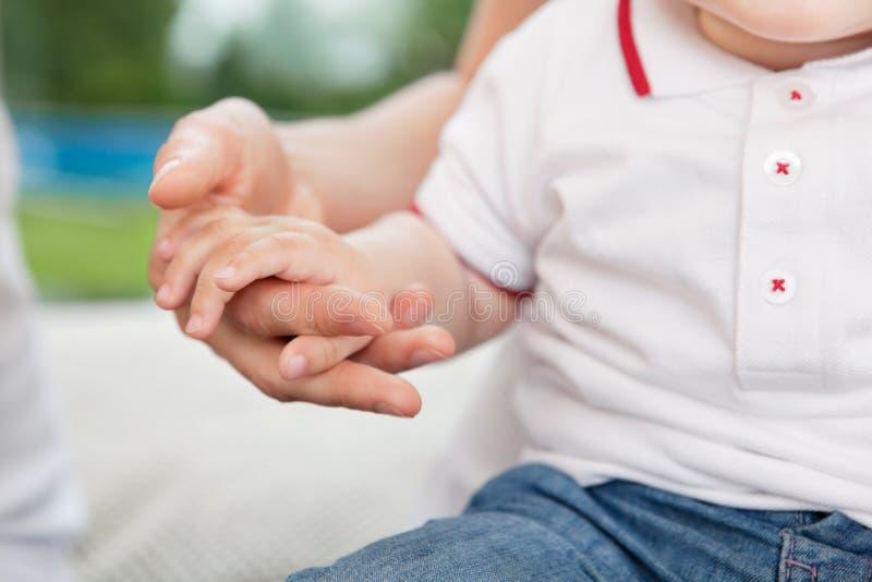 moder s för barnhandholding fotografering för bildbyråer