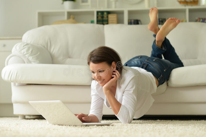 Download Moder Som Använder Bärbara Datorn Fotografering för Bildbyråer - Bild av flicka, internet: 78728669