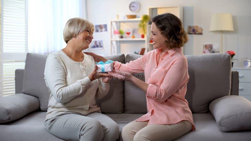 Moder som får gåvaasken från att älska dottern, familjomsorg, kvinnadagberöm arkivfoton