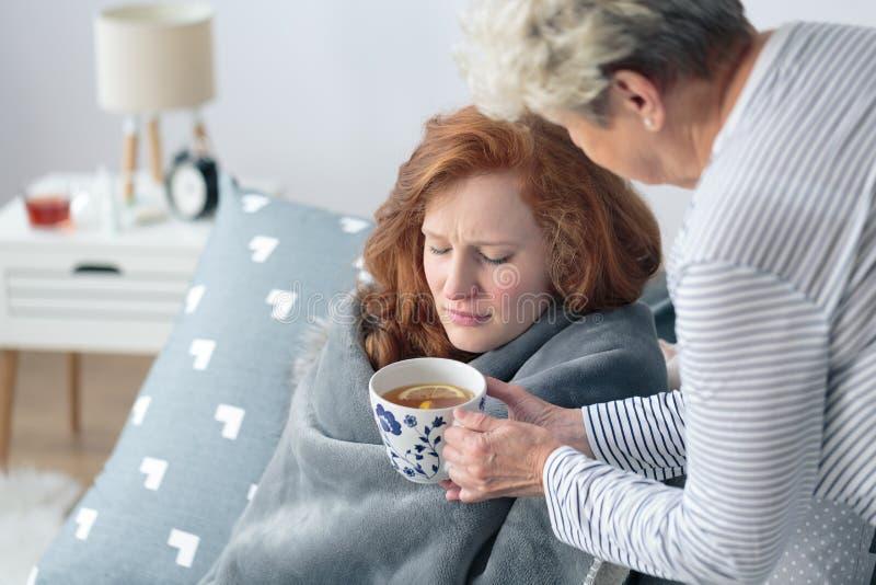 Moder som ger sjukt dotterte fotografering för bildbyråer