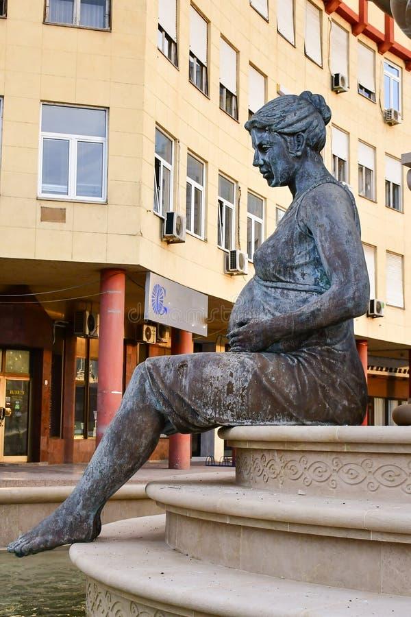 Moder som kramar ett barn Monument på den historiska mitten av Skopje, Makedonien arkivbilder