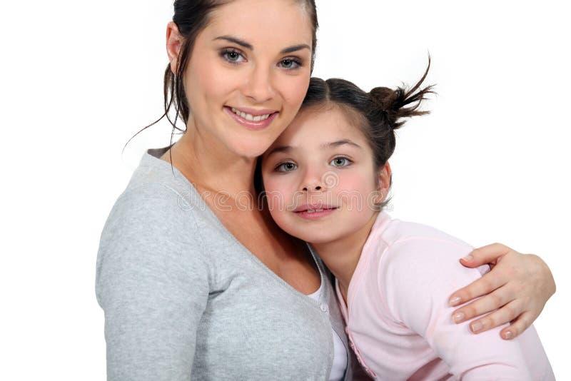 Moder som kramar hennes dotter arkivbild