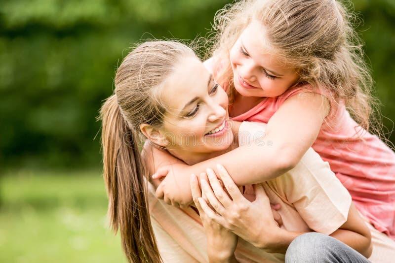 Moder som kramas av daugther royaltyfria foton
