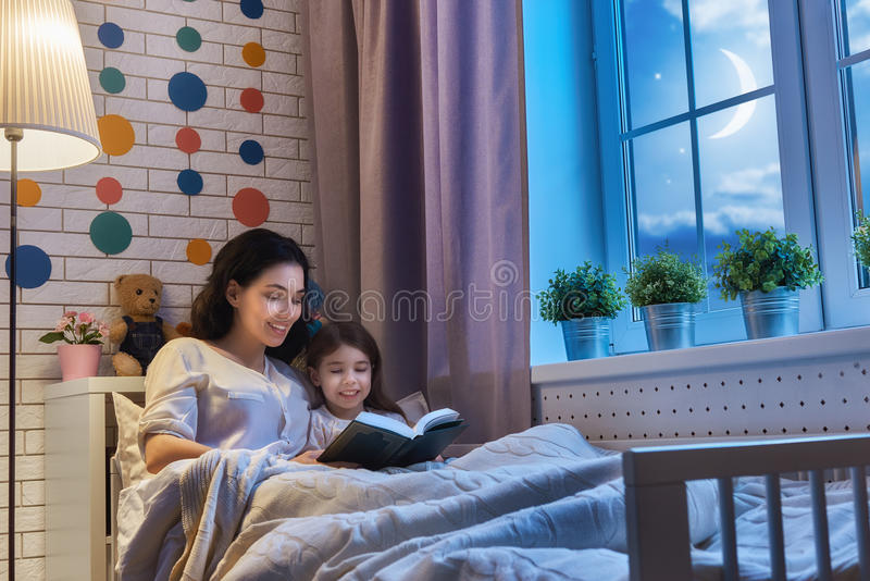 Moder som läser en bok arkivbilder
