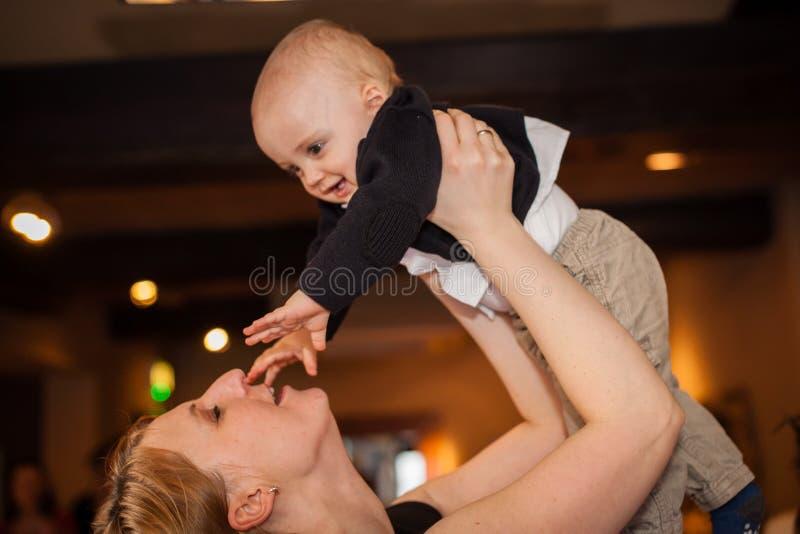 Moder som lyfter hennes son fotografering för bildbyråer