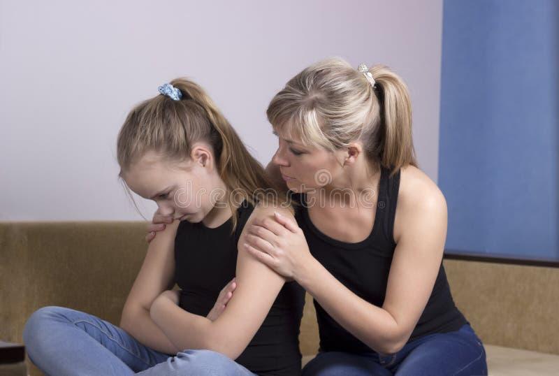 Moder som oroas om olycklig ledsen dotter royaltyfria bilder