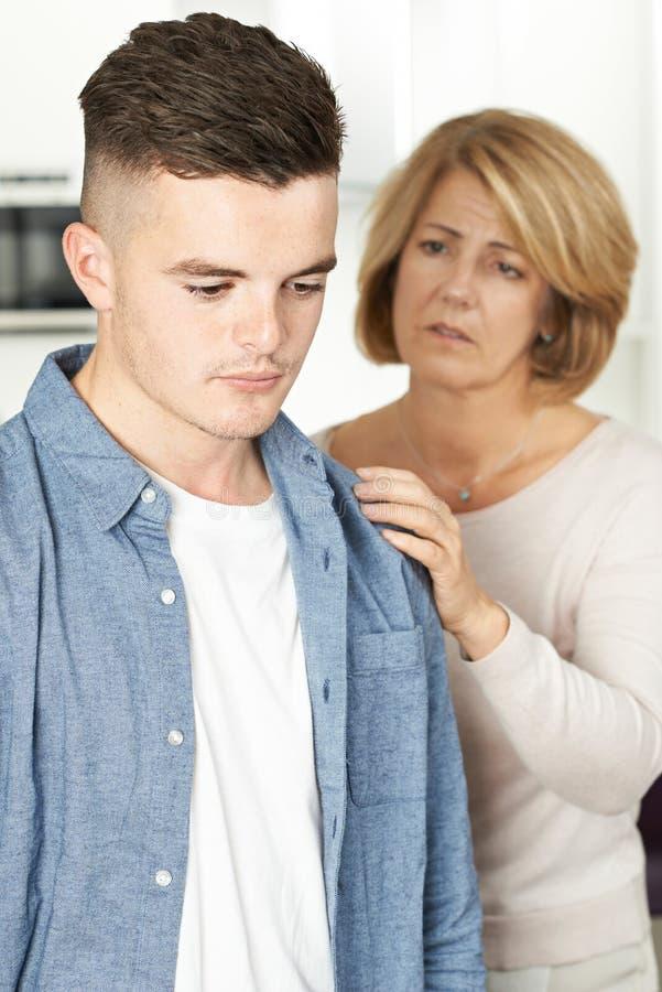 Moder som oroas om olycklig tonårs- son arkivfoto