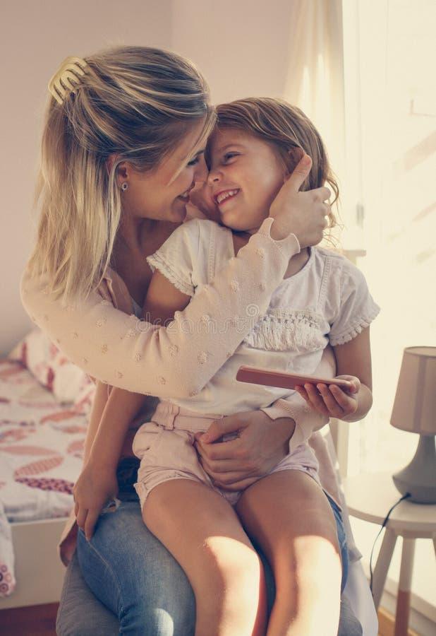 Moder som rymmer hennes dotter i varv arkivfoton