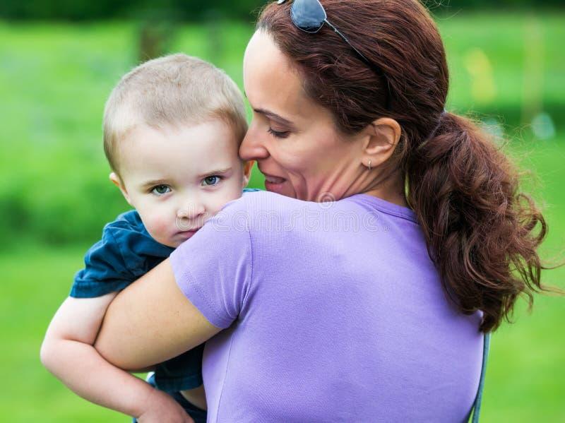 Moder som rymmer hennes unga son arkivfoton
