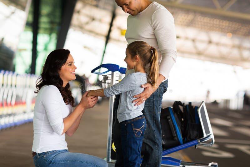 Moder som säger farvälflygplatsen royaltyfri bild