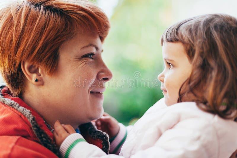 Moder som ser hennes dotter arkivfoton