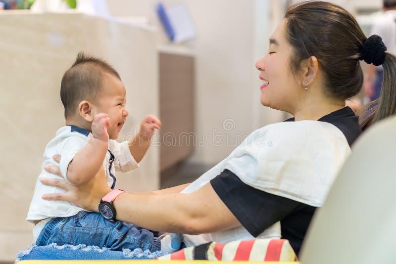 Moder som spelar med hennes son arkivfoto