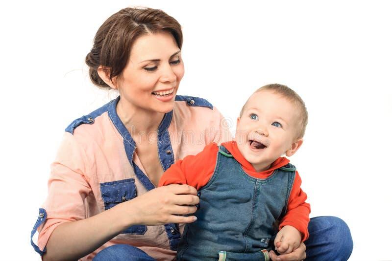 Moder som spelar med hennes son arkivbild