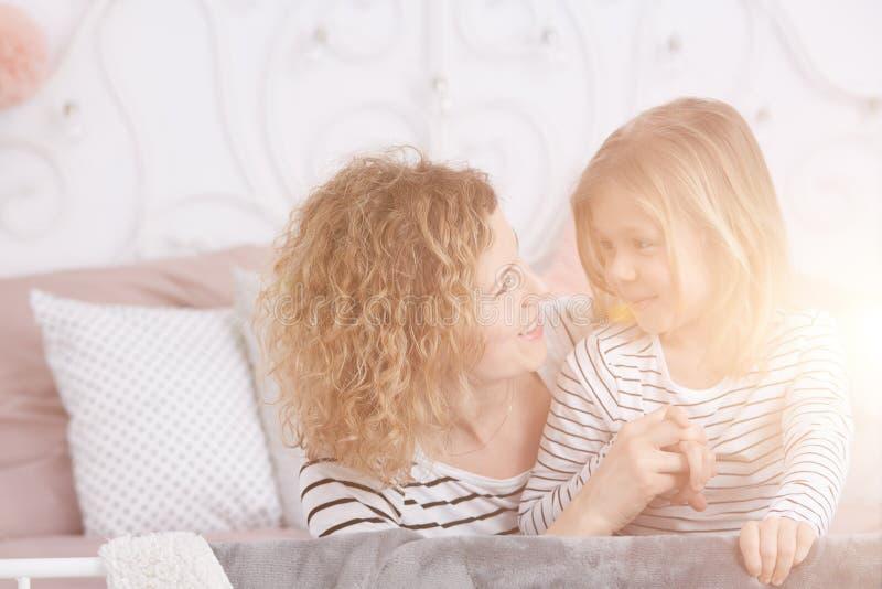 Moder som talar med dottern royaltyfri bild