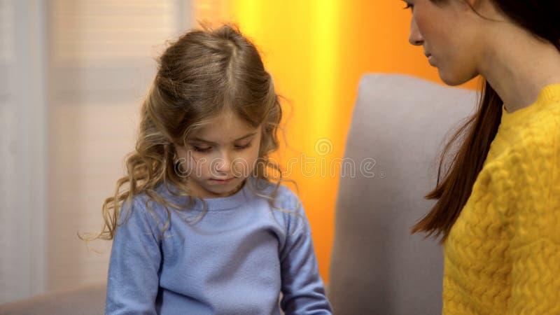 Moder som talar med dottern om skilsmässaproblemet som försöker att stötta den upprivna flickan royaltyfri bild