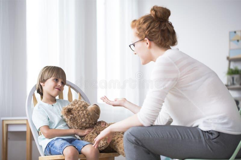 Moder som talar till den artiga sonen arkivfoto
