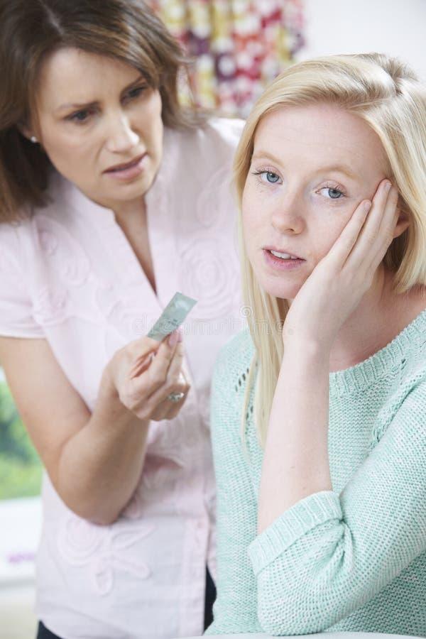 Moder som talar till den tonårs- dottern om det att använda preventivmedel arkivfoto