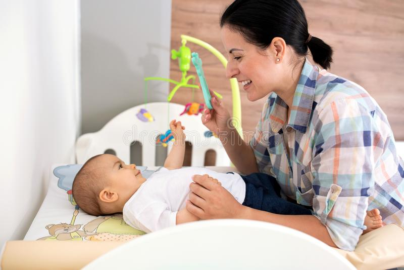 Moder som tycker om tid med hennes spädbarn royaltyfri bild