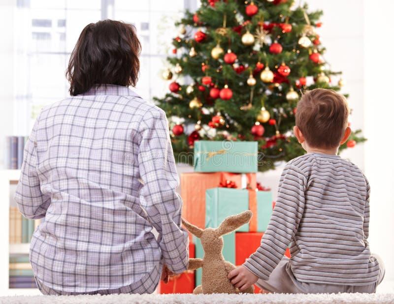 Moder, toy och son på julmorgon royaltyfria bilder