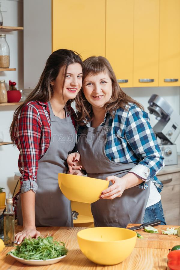 Moderdottermatlagning som gör ny blandad sallad arkivbilder
