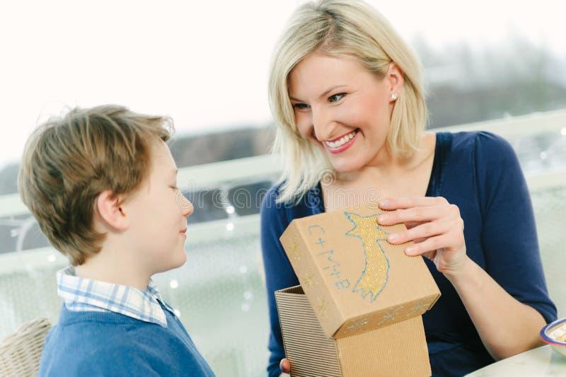 Moderhälerigåva från hennes son royaltyfri fotografi