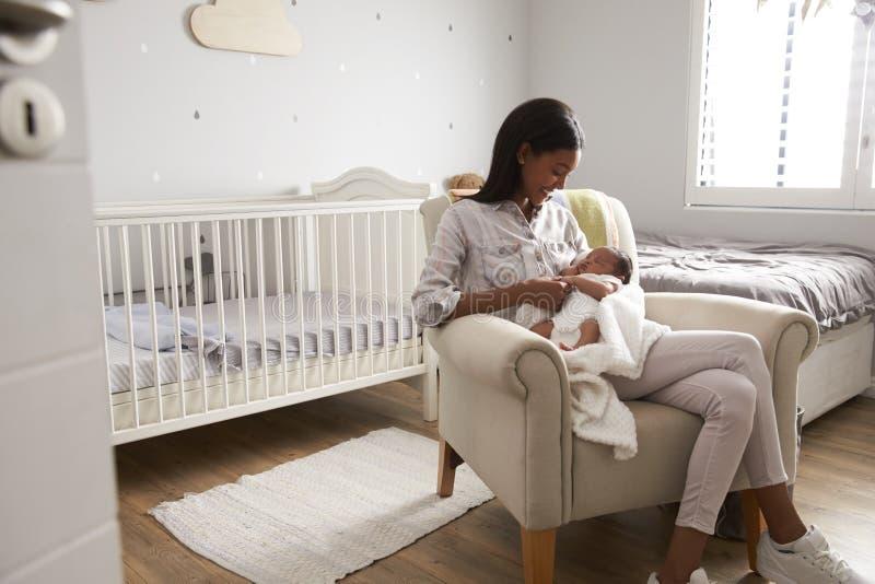 Moderhemmet från sjukhus med nyfött behandla som ett barn i barnkammare arkivbild