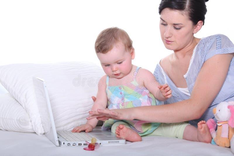 Moderholding som hon behandla som ett barn royaltyfria bilder