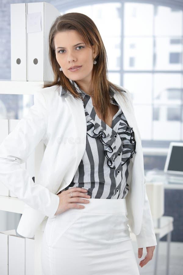 Moderiktig affärskvinna i regeringsställning fotografering för bildbyråer