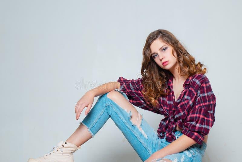 Moderiktig blick för flicka kopiera avst?nd Sk?nhet och danar retro modemodell tonårig flicka i rutig skjorta och jeans Tappning royaltyfri foto