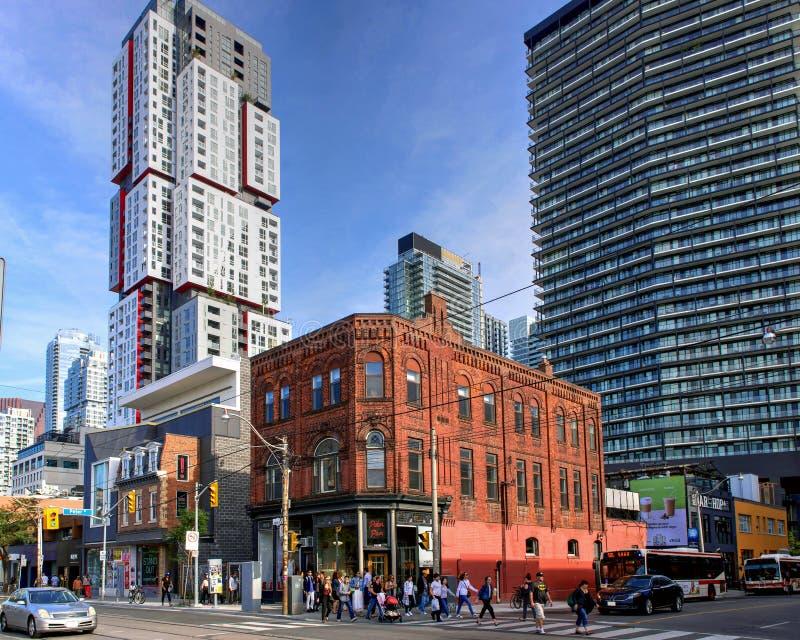 Moderiktig drottninggata som är västra i Toronto arkivfoton