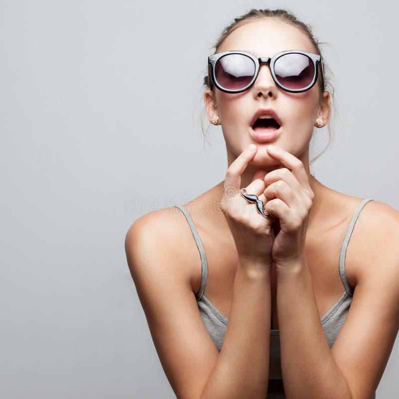 Moderiktig flicka i solglasögon arkivbilder