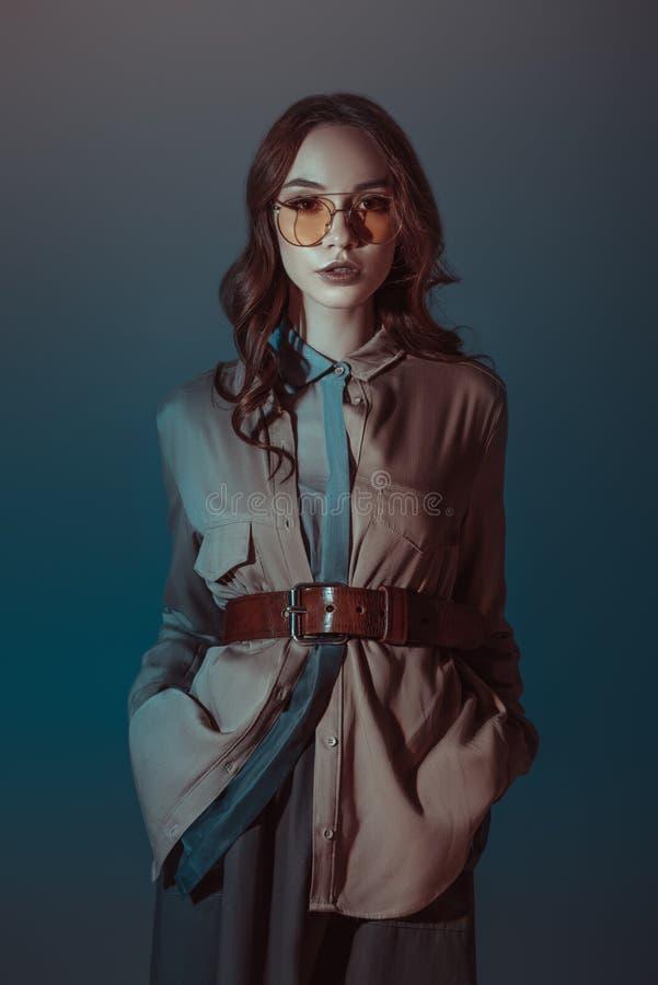 moderiktig flicka som poserar i höstdräkt och solglasögon, royaltyfri fotografi