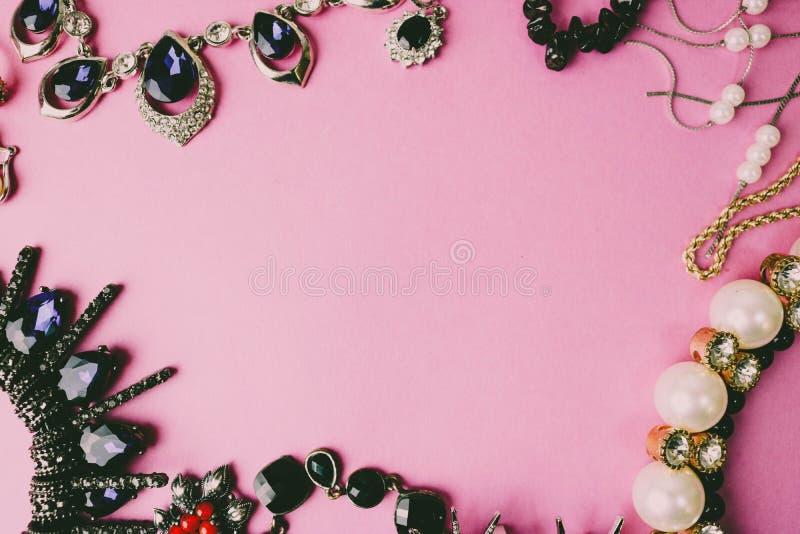 Moderiktig glamorös smyckenuppsättning för härliga dyrbara skinande smycken, halsband, örhängen, cirklar, kedjor, broscher med pä arkivbilder