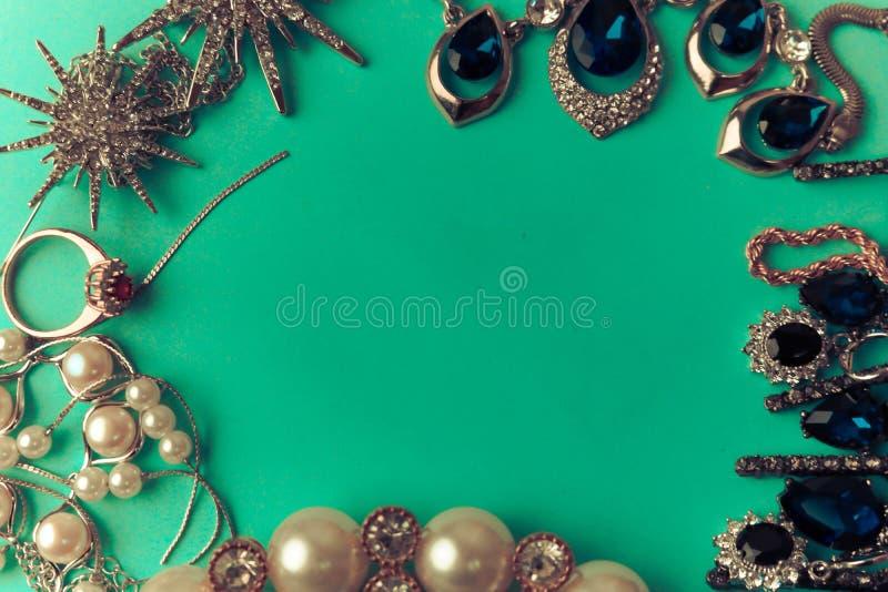 Moderiktig glamorös smyckenuppsättning för härliga dyrbara skinande smycken, halsband, örhängen, cirklar, kedjor, broscher med pä royaltyfria bilder