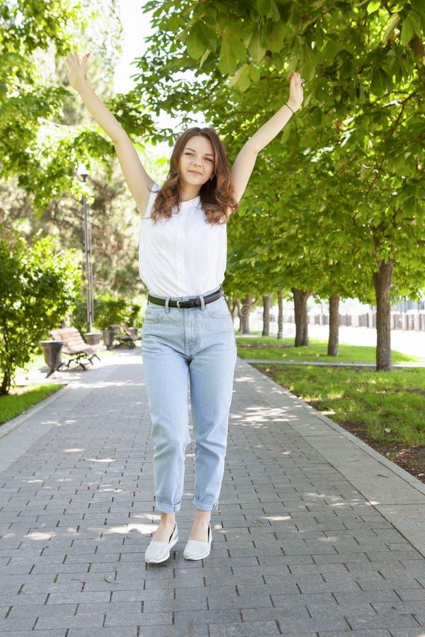 Moderiktig Hipsterflicka som g?r i parkera Modernt ungdomlivsstilbegrepp royaltyfri fotografi